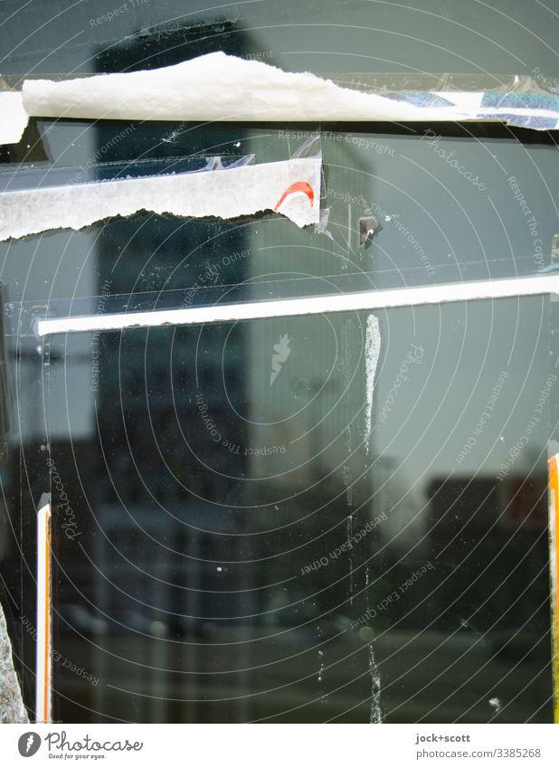 Abgerissen und gespiegelt, Haus und Plakat Unschärfe Kontrast Schaufenster Berlin Stadtzentrum Alexanderplatz Farbfoto abstrakt Tag Silhouette