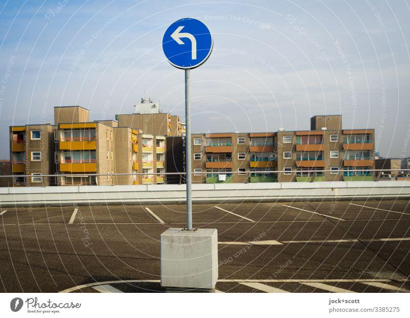 Nur nach links auch wenn eigentlich rechts mir lieber wäre Sonnenlicht Verkehrsregel Abstellplatz Freiraum Fahrbahnmarkierung planen Ordnungsliebe authentisch