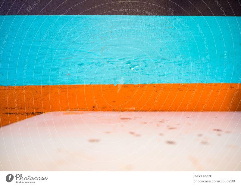 Bäh! | Schmutziger Tisch vor farbiger Wand Farbwand Detailaufnahme Streifen Strukturen & Formen abstrakt Muster Design Stil Hintergrundbild Tischplatte