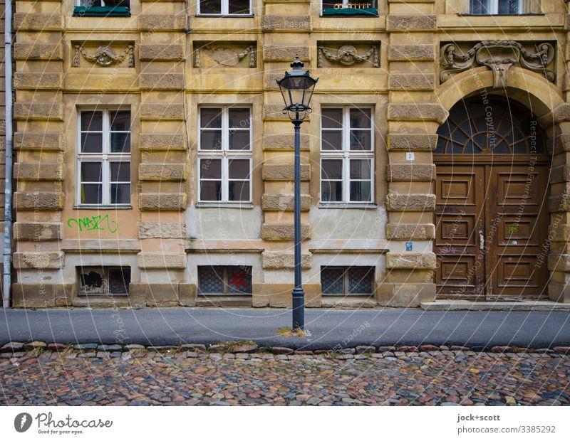 Die gute alte Zeit, ist alles nur Fassade Gedeckte Farben Farbfoto Vergangenheit Qualität Nostalgie historisch Originalität authentisch Fenster Stadthaus