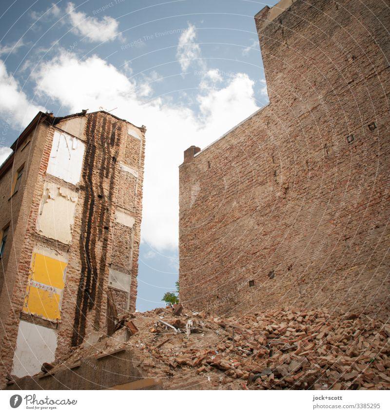 Hinterhaus nur noch Schutt und Staub Backstein Brandmauer Ruine Schutthaufen kaputt Zerstörung Abrissgebäude verfallen Demontage Backsteinwand Architektur