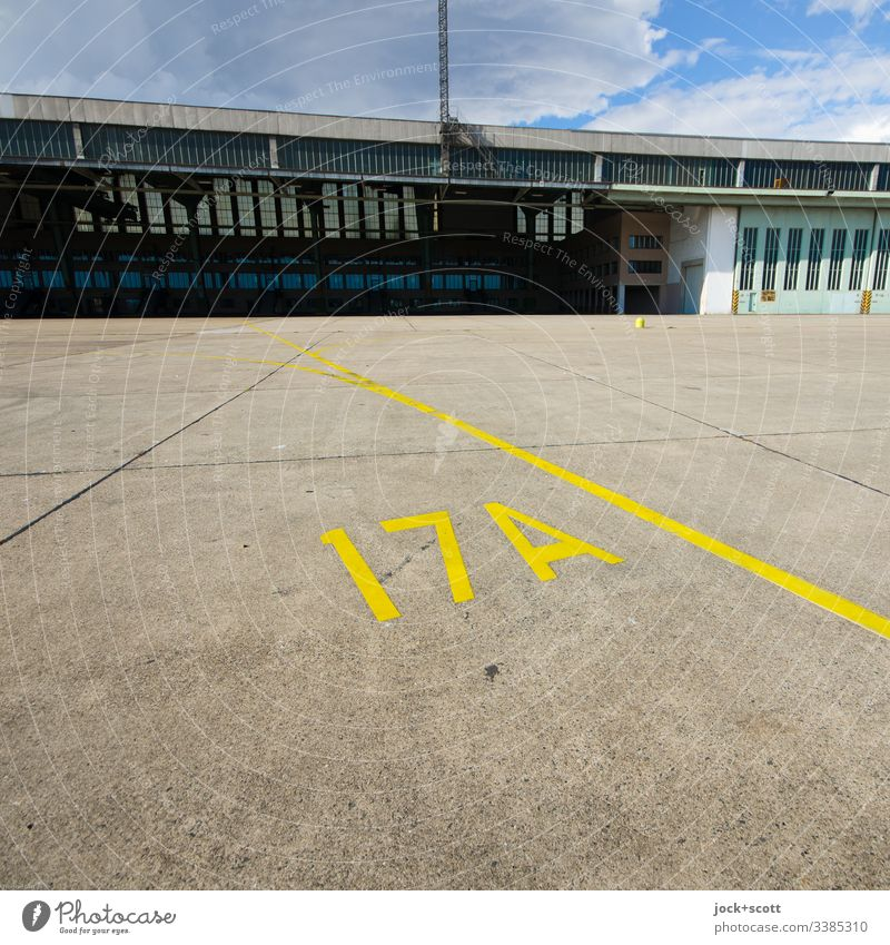 Zeichen auf dem Flugfeld vom Flughafen Zahl Flughafen Tempelhof Berlin Flugplatz historisch Terminal Linienführung Berlin-Tempelhof Gebäudekomplex Betonplatte