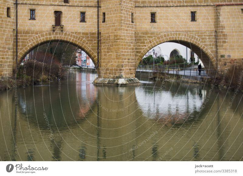 historisch Bögen spannen über kaltes Wasser Farbfoto Gedeckte Farben Außenaufnahme Tag Brücke Franken Architektur Altstadt Sehenswürdigkeit Winter