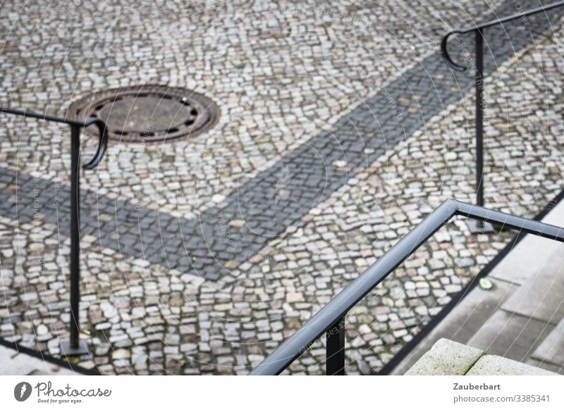 Geländer, Treppen und Bürgersteig in eckigen Formen angeordnet Straßenbelag Pflastersteine Platz Stadt Kopfsteinpflaster Außenaufnahme Menschenleer Stein