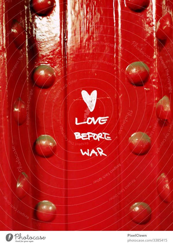 Graffiti an einer Säule zum Thema Liebe Graffiti, rot. Liebe, urban, street art, Großstadt Farbfotos, Bahnhof Außenaufnahme Stadt Erwachsene