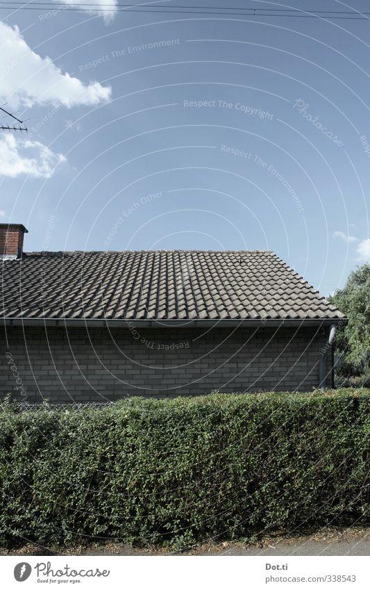 in der Laubenpieperei Himmel Wolken Garten Haus Gebäude Mauer Wand Dach Schornstein grün Ordnungsliebe Gartenhaus Kleingartenkolonie Dachziegel Hecke