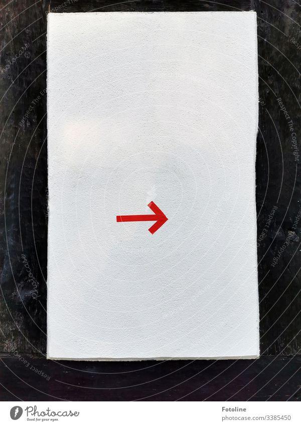 roter Pfeil auf weißem Grund Richtung Farbfoto Schilder Markierungen Zeichen Hinweis Hinweisschild Orientierung Wegweiser Navigation dunkel hell Holz