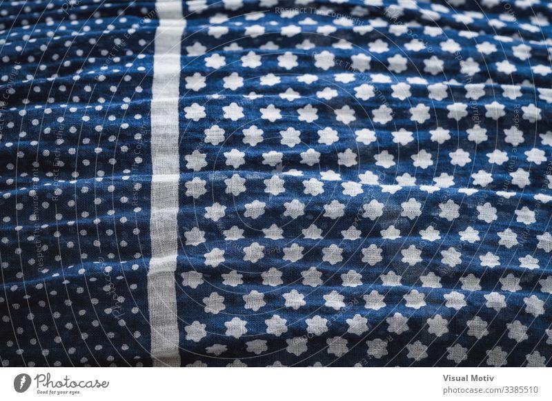 Detail eines zerknitterten Tuches in Blau Gewebe zerknitterter Schal Textur texturiert Mode Hintergrund Oberfläche Design abstrakt Nahaufnahme niemand