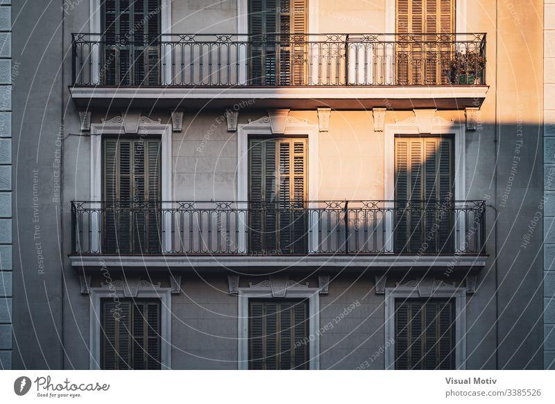 Sonnenuntergangsbeleuchtung, die einige Balkone eines Gebäudes beleuchtet Farbe Architektur architektonisch im Freien Außenseite urban Großstadt