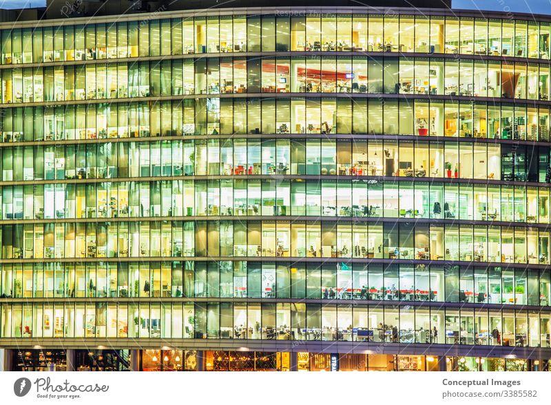 Außenansicht eines Büros in der Abenddämmerung, die die täglichen Aktivitäten der Arbeiter offenbart Ehrgeiz Architektur Gebäude Gebäudeaußenseite Business