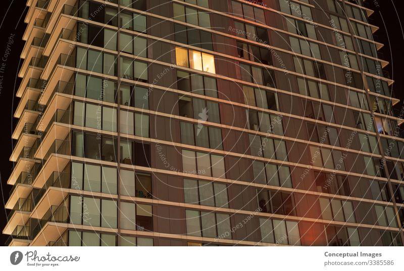 Einfach beleuchtete Fenster in einer modernen Wohnung abstrakt Appartement Architektur Hintergrund hell Leben in der Stadt Farbe Konzepte Konzepte und Themen