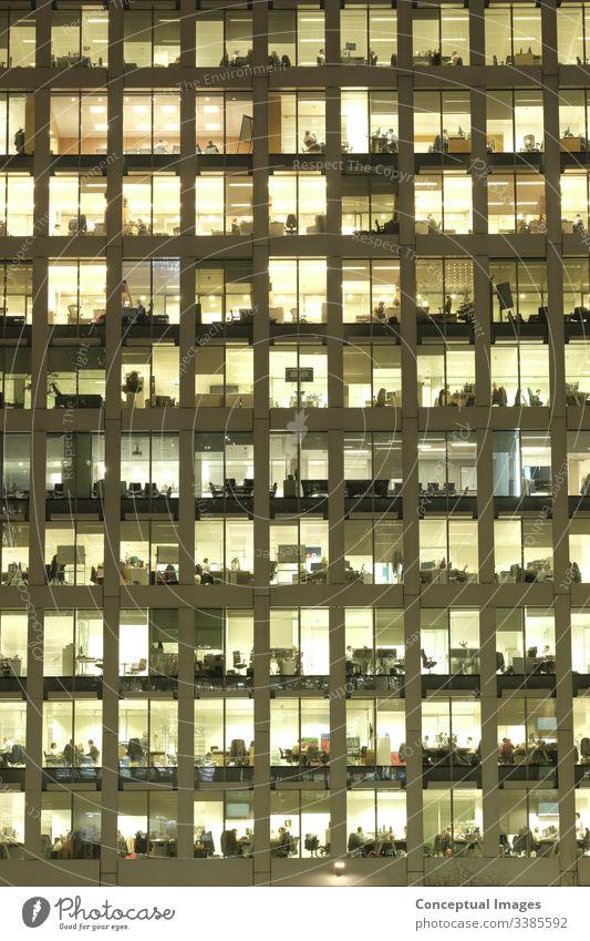 Außenansicht eines Büros in der Abenddämmerung, die die täglichen Aktivitäten der Arbeiter offenbart Bürogebäude außen überarbeitet Business Menschen Ehrgeiz
