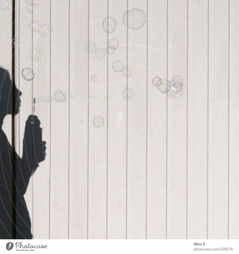 Bubbles* Spielen Mensch feminin Kind Frau Erwachsene 1 Wind fliegen Seifenblase blasen Schattenspiel Farbfoto Außenaufnahme Menschenleer Textfreiraum rechts