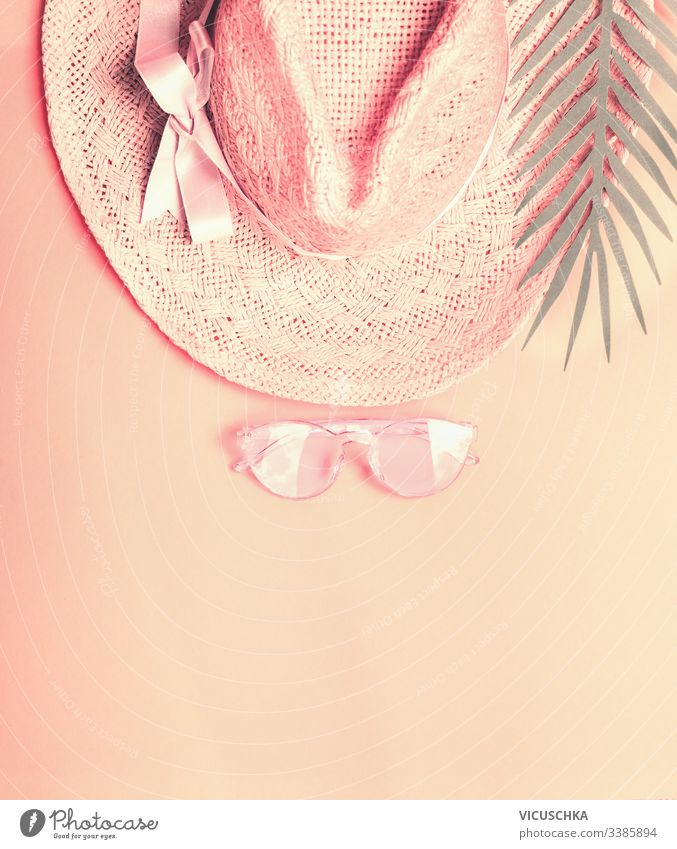 Sommerstrohhut mit Sonnenbrille und Palmblättern. Ansicht von oben. Pastell-Farbe Konzept Tag Kunst Symbol rosa Top Design Urlaub Zubehör farbenfroh Schönheit