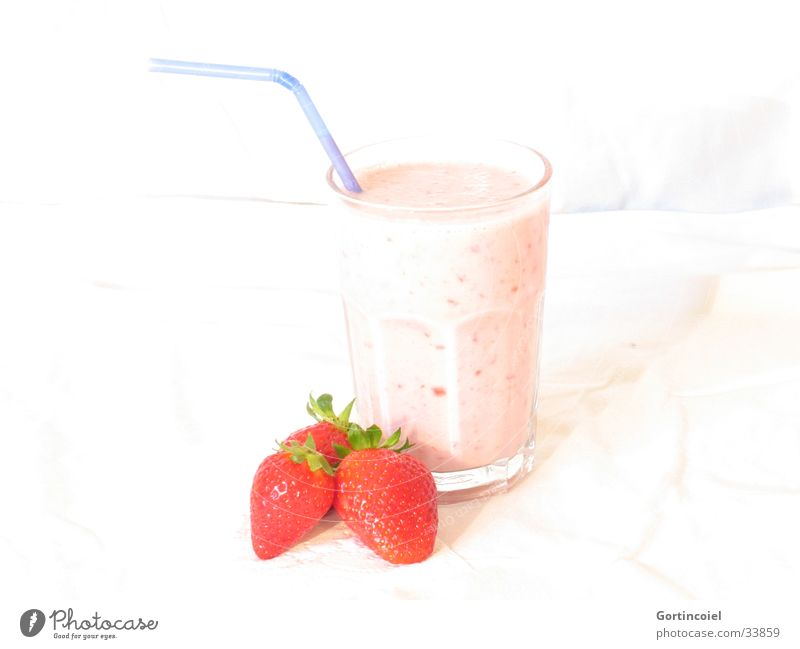 """""""Einen Erdbeershake, bitte"""" weiß rot Ernährung Lebensmittel Glas Frucht frisch süß Getränk Erfrischung lecker Milch Erdbeeren Trinkhalm Milchshake"""
