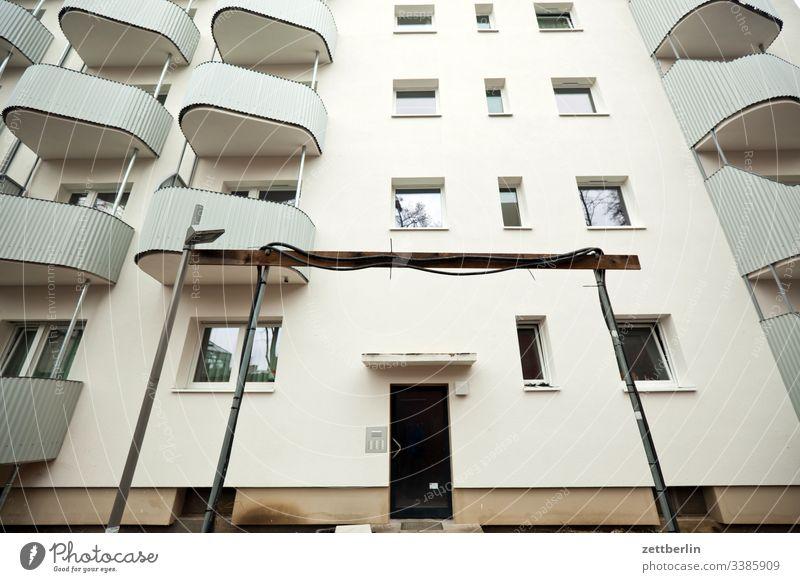 Neubau balkon fassade fenster haus innenstadt mauer mehrfamilienhaus menschenleer mietshaus modernisierung renovierung textfreiraum wohnen wohngebiet wohnhaus