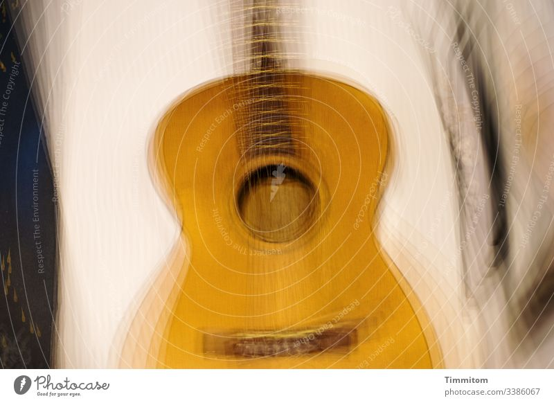Gitarre und Bilder an der Wand Klassische Gitarre Korpus Griffbrett Saiteninstrumente Musikinstrument akustisch Bilderbuch Mehrfachbelichtung