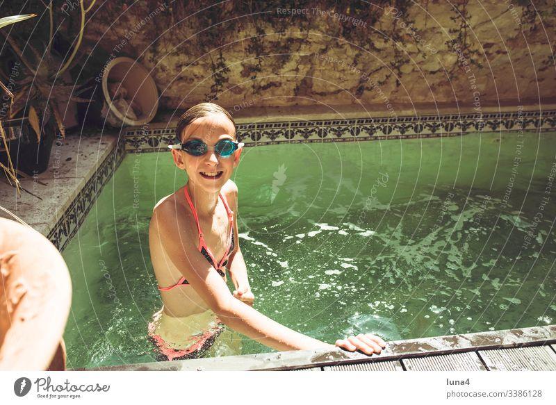 Mädchen im swimming pool mädchen baden Brille Schwimmbrille planschen glücklich wasser teenager jung lachen heiss freude genießen erfrischung vergnügen ferien