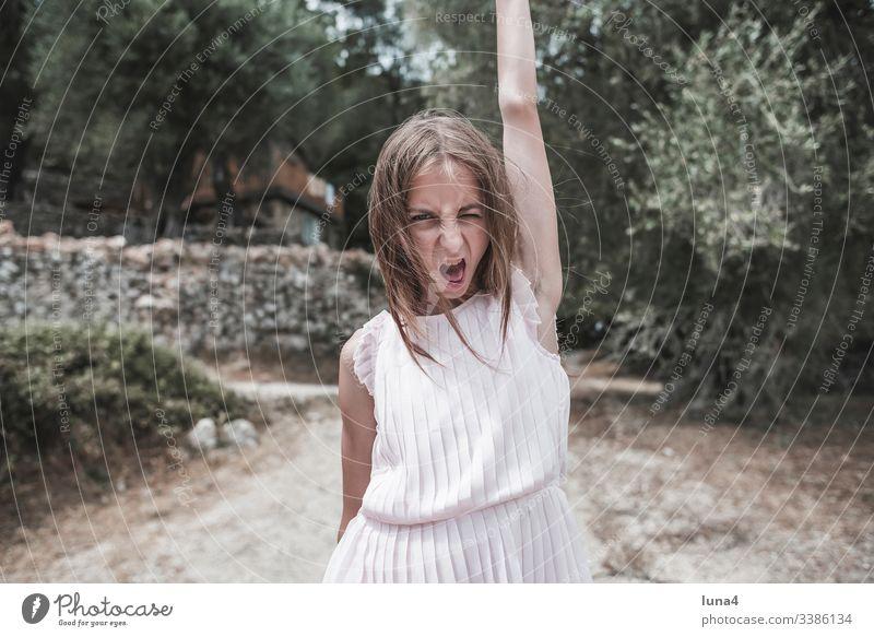 wütendes Mädchen mädchen übermütig empört crazy zornig sauer gereizt aufgebracht unzufrieden schrill verrückt Grimasse schreien rufen Mimik ausgelassen Wut