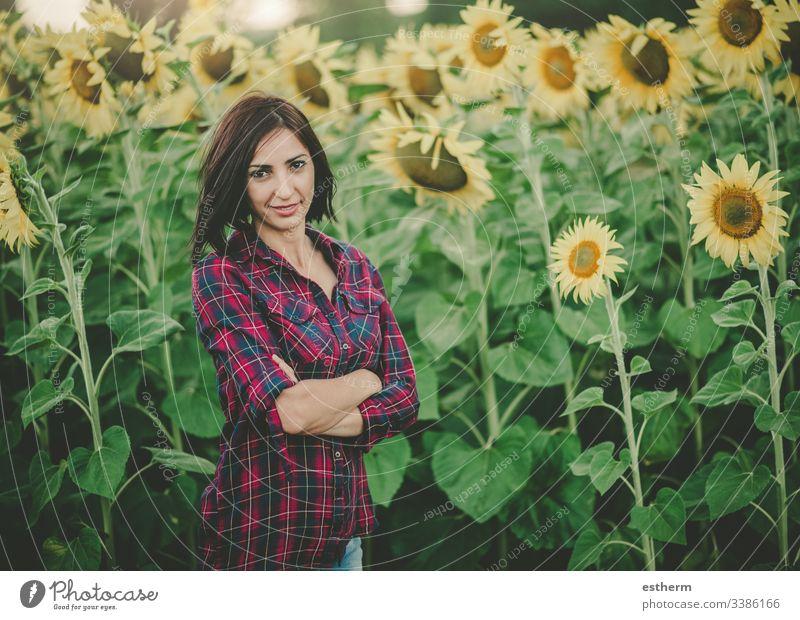 Junge Frau im Sonnenblumenfeld genießen Umwelt schön Bauernhof Feld Blume Freiheit Spaß Mädchen Behaarung Glück Gesundheit Landschaft Lachen Leben Lifestyle