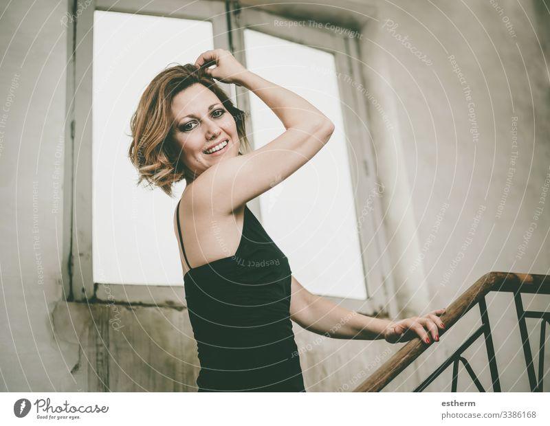 Glücklich und lächelnd Schöne junge Frau Junge Frau hübsch Mode elegant Fröhlichkeit schön Porträt Pose Kaukasier Lächeln Lachen Freude Selbstvertrauen Spaß