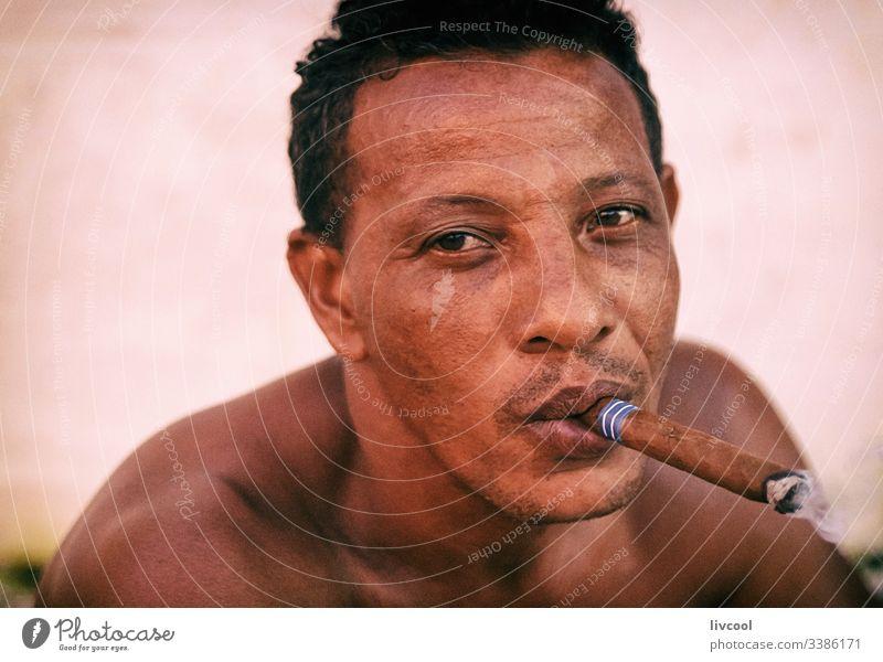 mann raucht , trinidad - kuba Zigarre Erwachsener Rauch Rauchen Lächeln nackt Truhe aussruhen heimatlich Kubaner Mann Erwachsensein niedlich Leder Haut Menschen