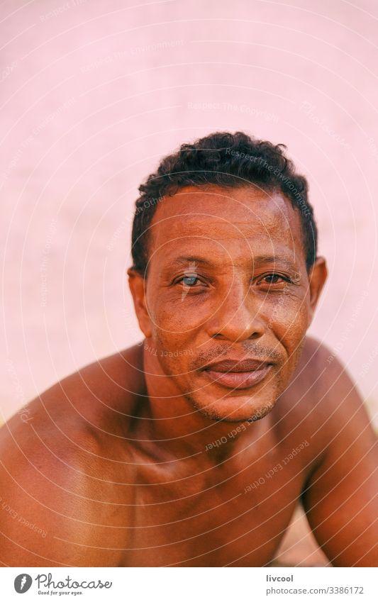 mann ruht am eingang seines hauses, trinidad - kuba Zigarre Erwachsener Lächeln nackt Truhe aussruhen heimatlich Kubaner Rauchen Mann Erwachsensein niedlich