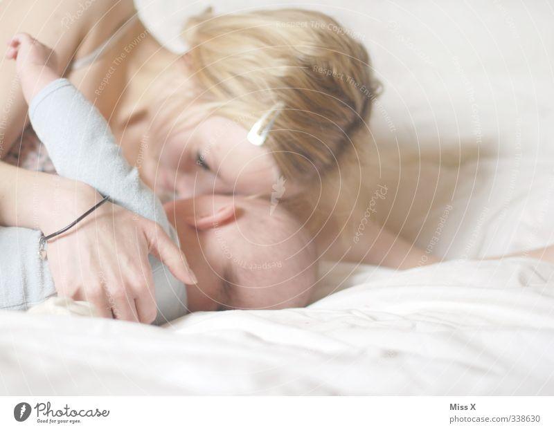 Mutterglück Mensch Baby Frau Erwachsene Eltern Familie & Verwandtschaft Kindheit Leben 2 0-12 Monate 18-30 Jahre Jugendliche Küssen Lächeln kuschlig Gefühle