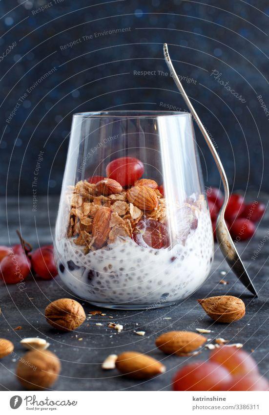 Chia-Puddingparfait mit roten Trauben und Mandeln Glas Parfait rote Weintrauben Muttern Samen Chiasamen Molkerei Dessert Diät Frucht Frühstück