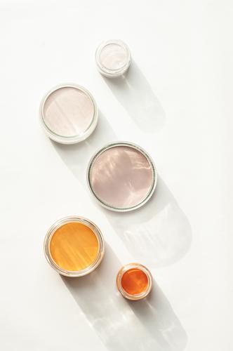 5 farbeimer Renovieren Innenarchitektur Farbeimer zeichnen orange streichen Sonnenstrahlen Farbfoto Gedeckte Farben Innenaufnahme Nahaufnahme Menschenleer