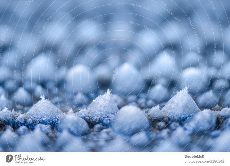 Eiskristalle an kleinen Eiszapfen Zentralperspektive Schwache Tiefenschärfe Unschärfe Tag Textfreiraum oben Menschenleer Strukturen & Formen Muster abstrakt