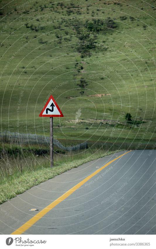 Kurven-Warnschild am Straßenrand Warnung Verkehrsschild rechts links Linksverkehr Hügel überwinden Schlangenlinien geradeaus Schild Pfeil Verkehrszeichen