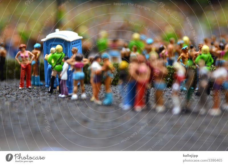 schmierinfektion Toilette dixieklo Menschenmenge Schlange warten anstehen coronavirus massenveranstaltung wait sommer loveparade raver-szene miniaturlandschaft