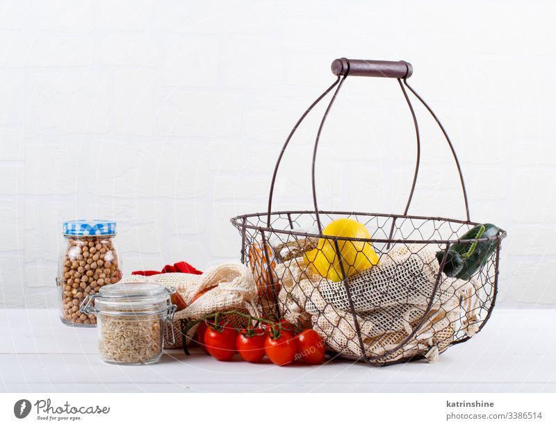 Frisches Gemüse, Lebensmittel und Getreide in Textiltaschen und Glasgefäßen keine Verschwendung Korb Konzept Körner Tasche Landwirte abschließen null Abfall
