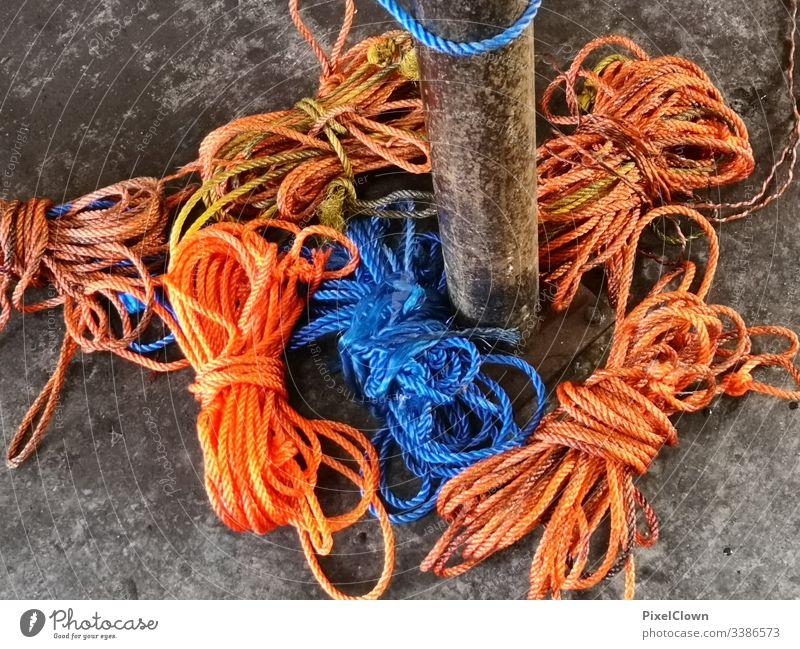 Seile am Pier Schifffahrt Nahaufnahme Hafen Hand orange Meer Küste blau