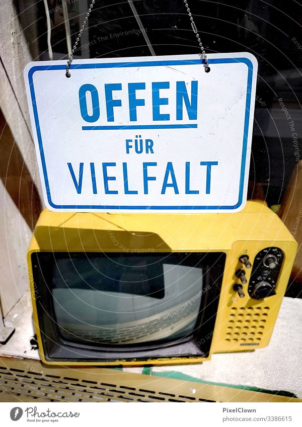 Plakat und Fernseher im Schaufenster Fernseher, Fernsehen Licht Antenne städtisch, Großstadt Unterhaltungselektronik