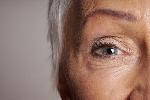 Nahaufnahme einer älteren Frau mit grünen Augen reif Senior Augenlicht Sehvermögen Sicht Gesicht Alterung sehen Erwachsener alt Dame Lebensalter Kontakte