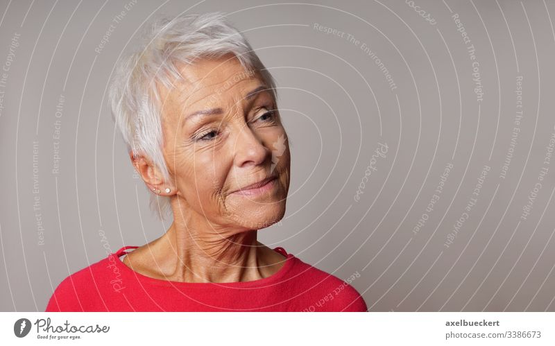 Ältere Frau sieht zufrieden aus älter Dame Inhalt reif Senior Erwachsener Lächeln Nahaufnahme Porträt Kopfschuss selbstbewusst Person Bestseller 60
