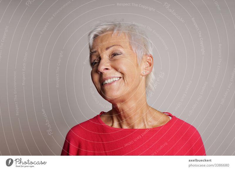 lachende ältere Frau Glück Dame Lachen Fröhlichkeit reif Senior Erwachsener Bestseller 60 weiße Haare alt Menschen kurz Behaarung grau Porträt Kaukasier modern