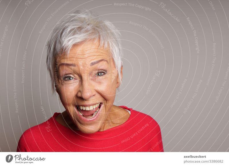 lachende ältere Frau reif Senior Dame Lachen Glück Fröhlichkeit Erwachsener Bestseller 60 weiße Haare alt Menschen kurz Behaarung grau Porträt Kaukasier modern