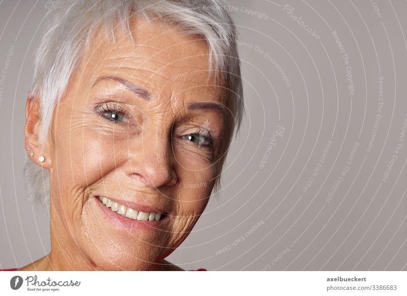 Nahaufnahme einer lächelnden Senorin Lächeln reif Frau Senior Erwachsener Porträt Kopfschuss selbstbewusst Glück Dame Inhalt heiter älter Person Bestseller 60