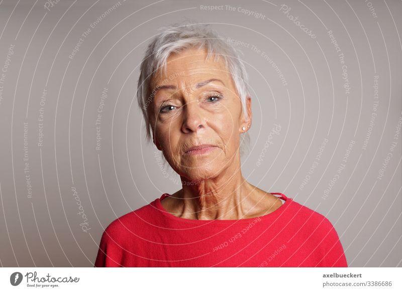 reife Frau mit hochgehaltenem Kopf ernst Senior Dame Erwachsener 60 Sechziger Jahre älter Person selbstbewusst angehoben Menschen grau Porträt Kaukasier weiß