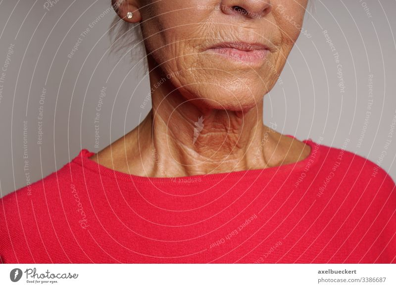 Hals einer älteren Frau mit Falten Alterung Haut Gesicht Kinn Lebensalter Senior Dame Schönheit Dermatologie Erwachsener Menschen Person Frauen unkenntlich
