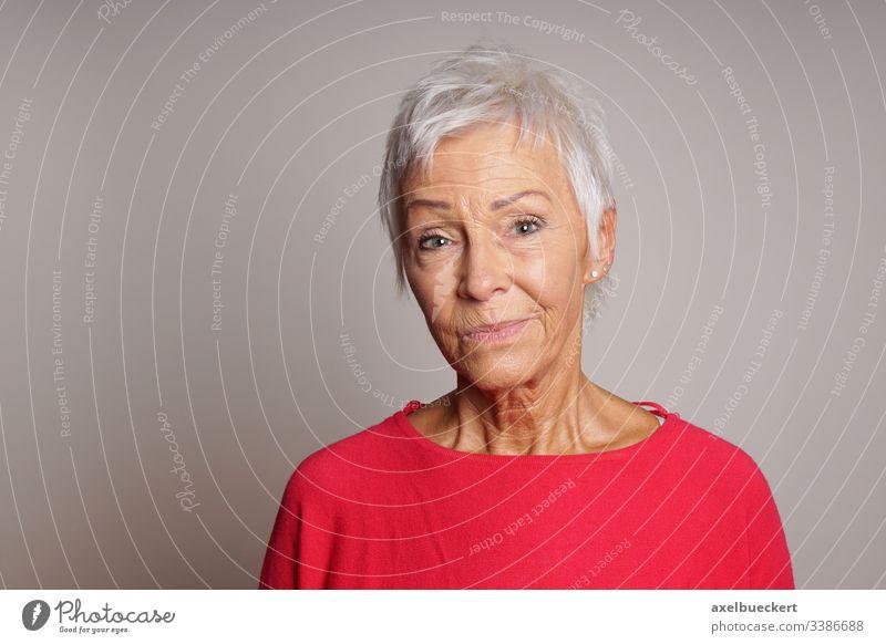 reife Frau mit skeptischem Gesichtsausdruck ernst Senior Dame Erwachsener 60 Sechziger Jahre älter Person Skeptiker Aussehen alt Menschen grau Porträt Kaukasier