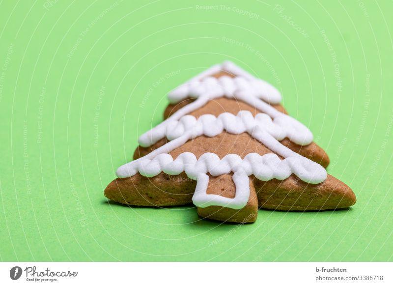 Lebkuchenbaum auf grünem Hintergrund lebkuchen pfefferkuchen zuckerglasur süssigkeit kekse hintergrund leckern liegen figur backen weihnachten symbol tannenbaum