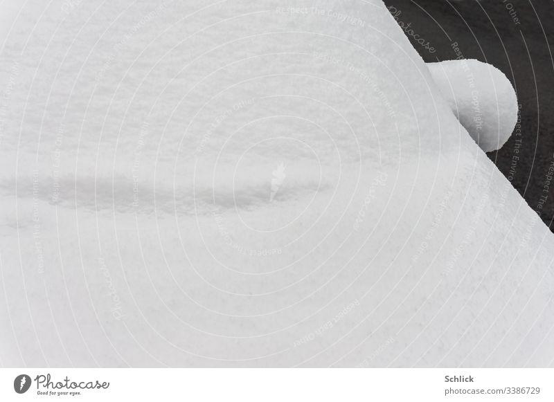 Detail eingeschneites Auto mit Seitenspiegel und Windschutzscheibe Schnee abstrakt Winter Schwarzweißfoto Ohr PKW Schewibenwischer Motorhaube bedeckt Geometrie