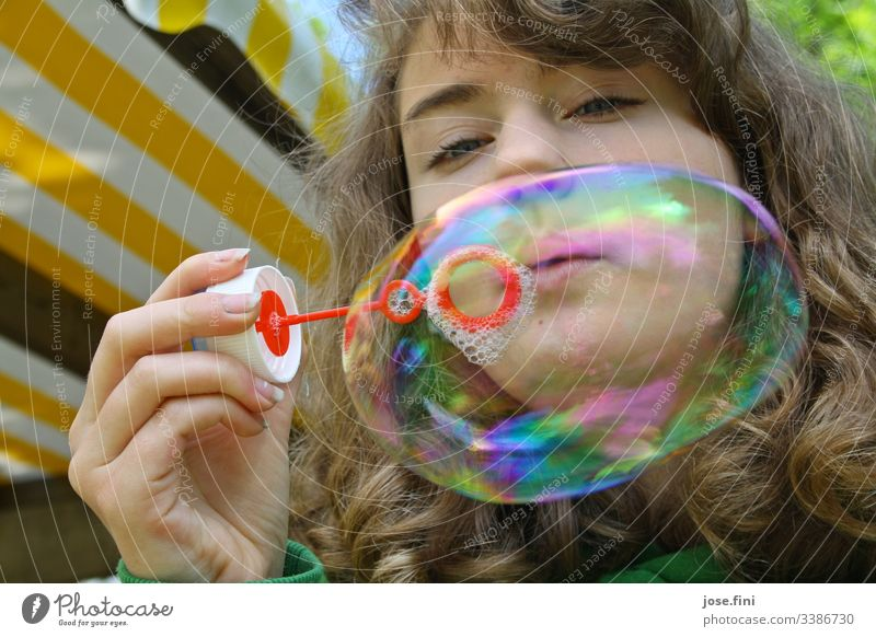 Mädchen bläst große Seifenblase Junge Frau bunt Fröhlichkeit Leichtigkeit frei heiter Außenaufnahme Sommer Freude Tag träumen Spielen freizeit Lebensfreude