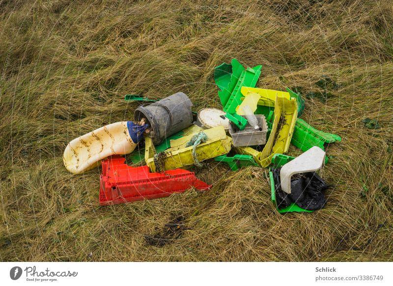 Treibgut Plastikmüll zusammengetragen auf Gras in Küstennähe Müll Küste+ angespült Schwemmgut polymer Umwelt Ökologie Umweltschutz Umweltverschmutzung