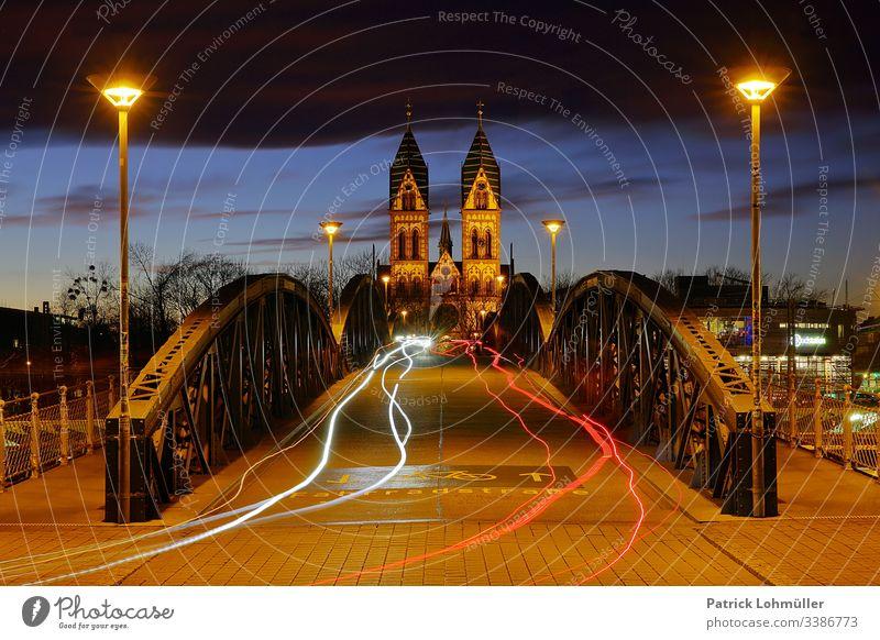 Fahrradbrücke Freiburg im Breisgau Herz Jesu Kirche Symmetrie Städtereisen Sightseeing Urlaub Reisen Deutschland Europa Baden-Württemberg Lichtspuren