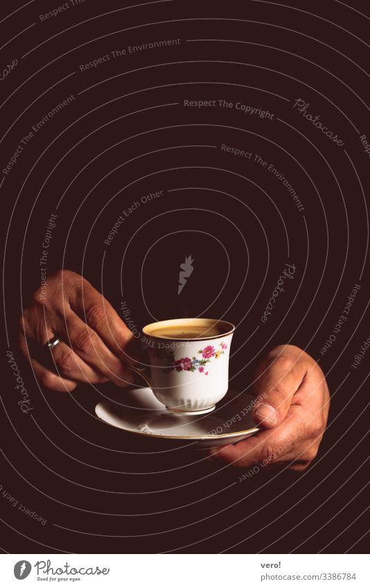 Kaffee Zentralperspektive Starke Tiefenschärfe Kontrast Schatten Licht Blitzlichtaufnahme Kunstlicht Textfreiraum oben Detailaufnahme Studioaufnahme